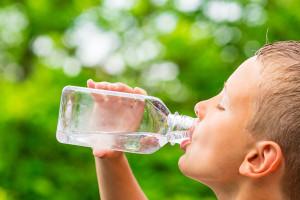 mindre pojke vatten